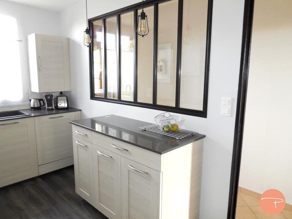 Une cuisine lumineuse et fonctionnelle avec verrière ...